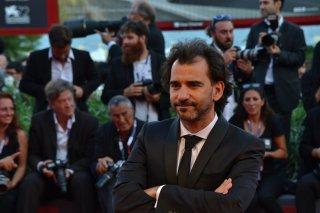 Venezia 2015: Pablo Trapero, regista di El Clan, sul tappeto roso della cerimonia di premiazione