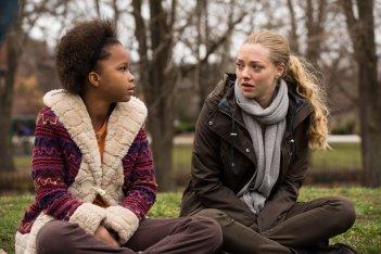 Padri e figlie: Amanda Seyfried insieme a Quvenzhané Wallis in una scena del film