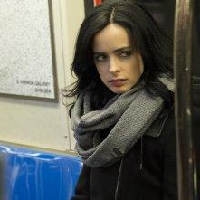 Jessica Jones: un primo piano di Krysten Ritter in metropolitana