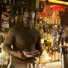 Jessica Jones: Mike Colter dietro il bancone del bar