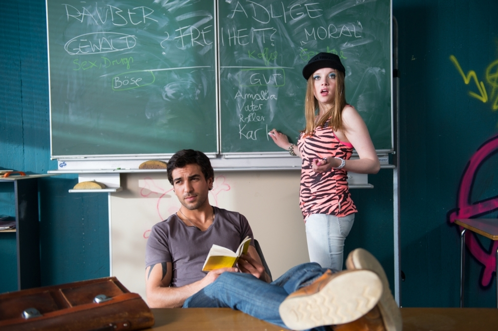 Fuck You, Prof!: Elyas M'Barek e Jella Haase in una scena del film
