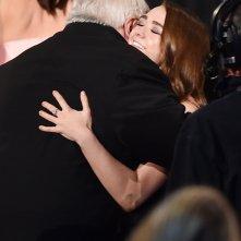 George R.R. Martin abbraccia Maisie Williams agli Emmy 2015