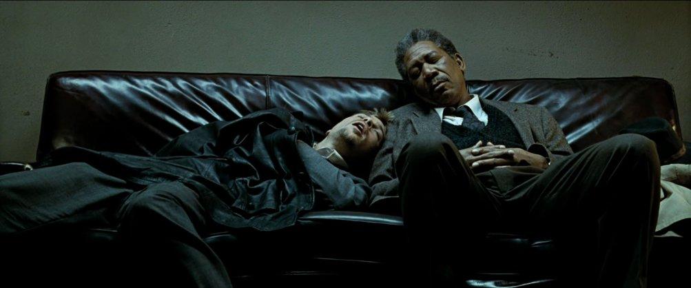 Brad Pitt con Morgan Freeman in una scena di Seven