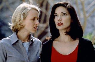 Naomi Watts e Laura Harrington in una scena di Mulholland Drive