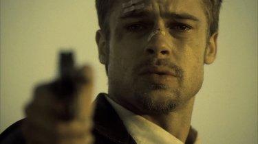 Brad Pitt in una scena di Seven (Se7en)