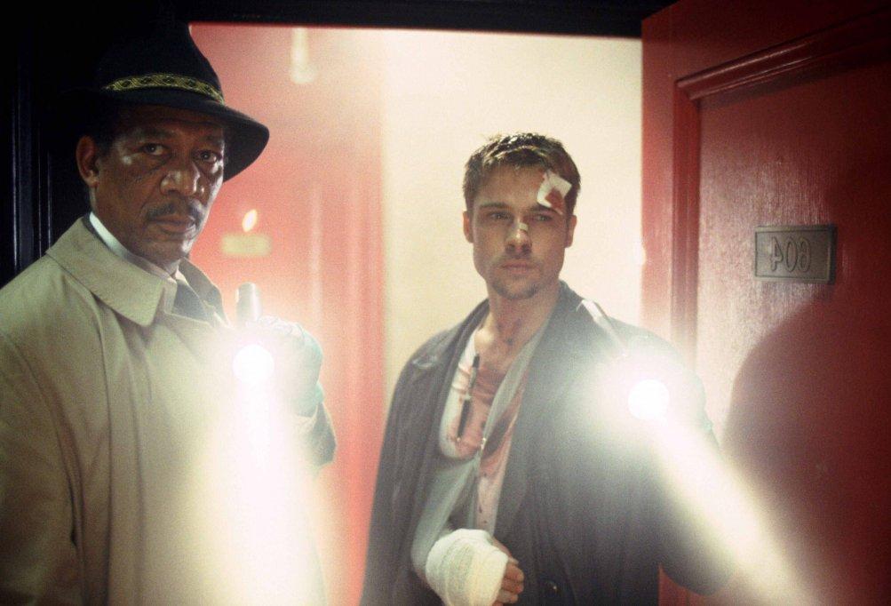Brad Pitt e Morgan Freeman in una scena di SEVEN, diretto da D. Fincher