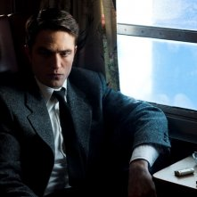 Life: un'immagine del film che ritrae un pensieroso Robert Pattinson