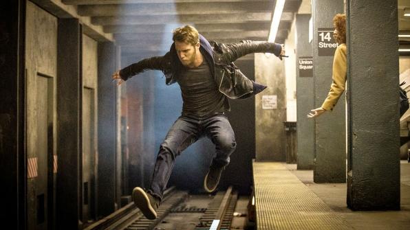 Limitless: Brian Finch (Jake McDorman) in fuga in una scena del pilot
