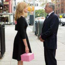 Lo stagista inaspettato: Robert De Niro e Rene Russo in una scena del film