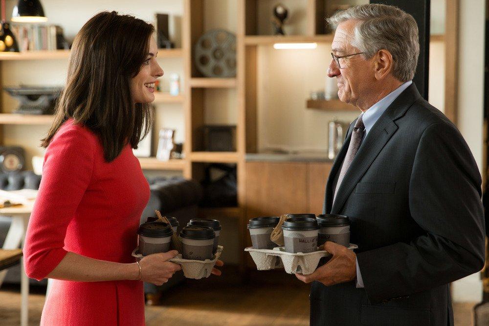 Lo stagista inaspettato: Anne Hathaway e Robert De Niro in una scena del film