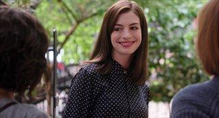 Lo stagista inaspettato: una sorridente Anne Hathaway in un'immagine tratta dal film