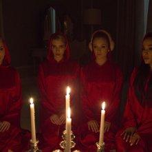 Scream Queens: Abigail Breslin, Emma Roberts, Billie Lourd e Ariana Grande in una scena del pilot
