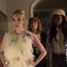 Scream Queens: Abigail Breslin, Emma Roberts, Skyler Samuels e Keke Palmer in una scena del pilot