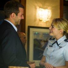 Sotto il cielo delle Hawaii: Emma Stone e Bradley Cooper in un momento del film