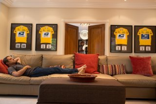 The Program: Ben Foster nei panni di Lance Armostrong sdraiato sul divano in una scena del film