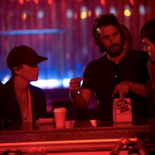 Dark Places - Nei luoghi oscuri: il regista Gilles Paquet-Brenner sul set con Charlize Theron e Nicholas Hoult