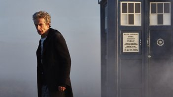 Doctor Who: l'attore Peter Capaldi in una scena di The Witch's Familiar