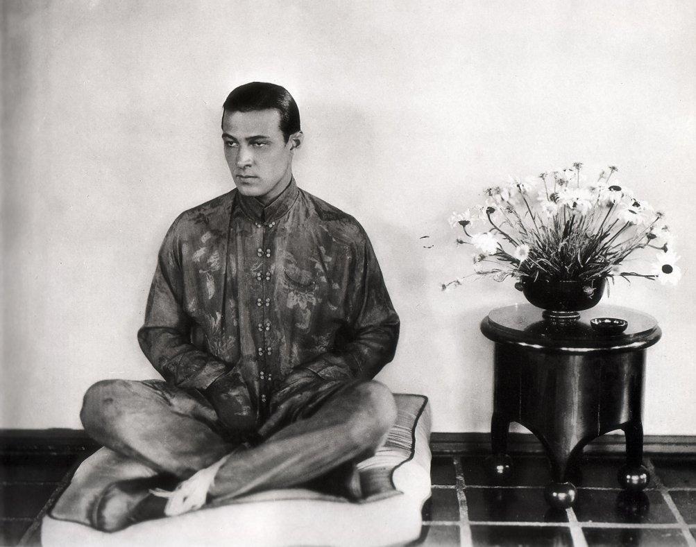 Rodolfo Valentino vestito all'orientale