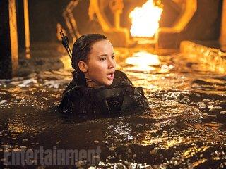 Hunger Games: Il Canto della Rivolta - Parte 2: Katniss Everdeen (Jennifer Lawrence) in un momento di difficoltà