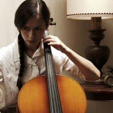 La bugia bianca: Francesca di Maggio intenta a suonare il violoncello in una scena del film