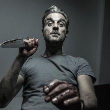 Arthur: il protagonista della web series Ettore Nicoletti brandisce un coltello