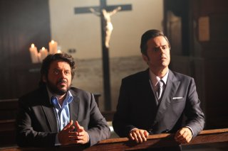 Natale col boss: Lillo e Greg in una scena del film ambientata in una chiesa