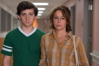 Red Oaks: Craig Roberts e Jennifer Grey in una scena