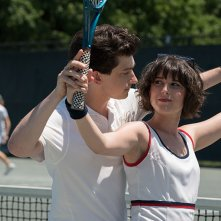 Red Oaks: Craig Roberts dà lezioni di tennis ad Alexandra Socha