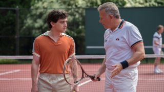 Red Oaks: Craig Roberts insieme al presidente del country club Paul Reiser