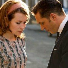 Legend: Emily Browning e Tom Hardy in una bella immagine del film