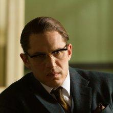 Legend: un primo piano di Tom Hardy nel film