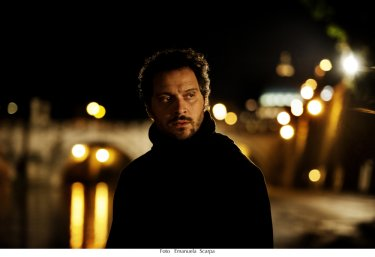 Lo chiamavano Jeeg Robot: Claudio Santamaria in una scena del film