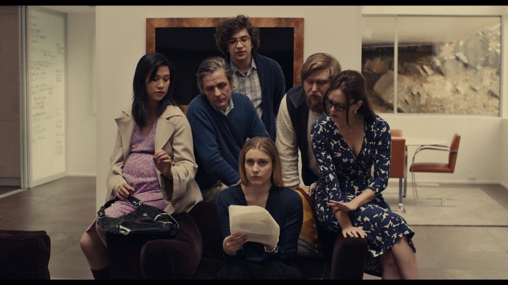 Mistress America: Greta Gerwig e Lola Kirke insieme ad altri attori in un'immagine del film