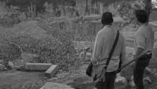 The Walking Dead: Morgan (Lennie James) e Rick (Andrew Lincoln) osservano gli zombie in Come la prima volta