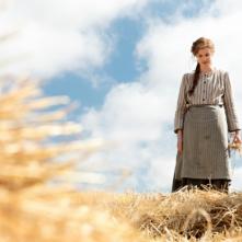 Sunset Song: una bella immagine di Agyness Deyn in campagna