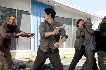 The Walking Dead: gli attori Steven Yeun e Michael Traynor nell'episodio Come la prima volta
