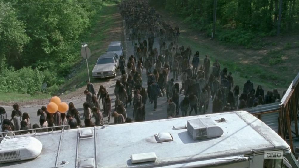The Walking Dead: i walker in cammino in un'immagine tratta da Come la prima volta
