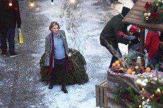 Bridget Jones's Baby: Renée Zellweger trascina un albero di Natale