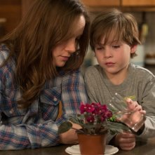 Room: Jacob Tremblay insieme a Brie Larson in una scena del film