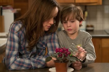 Room: Jacob Tremblay insieme a Brie Larson in una scena del film