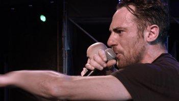 Street Opera: Elio Germano si esibisce sul palco in qualità di rapper