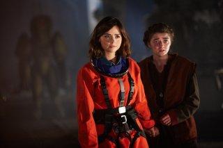 Doctor Who: Jenna Coleman e Maisie Williams interpretano una scena dell'episodio The Girl Who Died