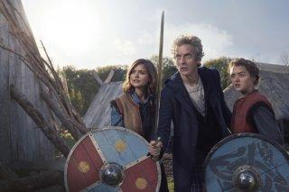 Doctor Who: Jenna Coleman, Peter Capaldi e Maisie Williams in un'immagine promozionale di The Girl Who Died