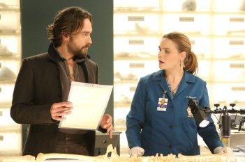 Emily Deschanel e Tom Mison nel crossover Bones-Sleepy Hollow