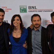 Roma 2015: Gabriele Mainetti, Ilenia Pastorelli, Luca Marinelli e Claudio Santamaria in uno scatto al photocall di Lo chiamavano Jeeg Robot