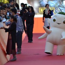 Roma 2015: il personaggio di Monster Hunt mentre cammina sul red carpet