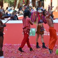 Roma 2015: un istante dello show acrobatico sul red carpet di Pan - Viaggio sull'isola che non c'è