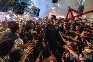Batman v Superman: Dawn of Justice - Superman/Henry Cavill circondato dalla folla di comparse