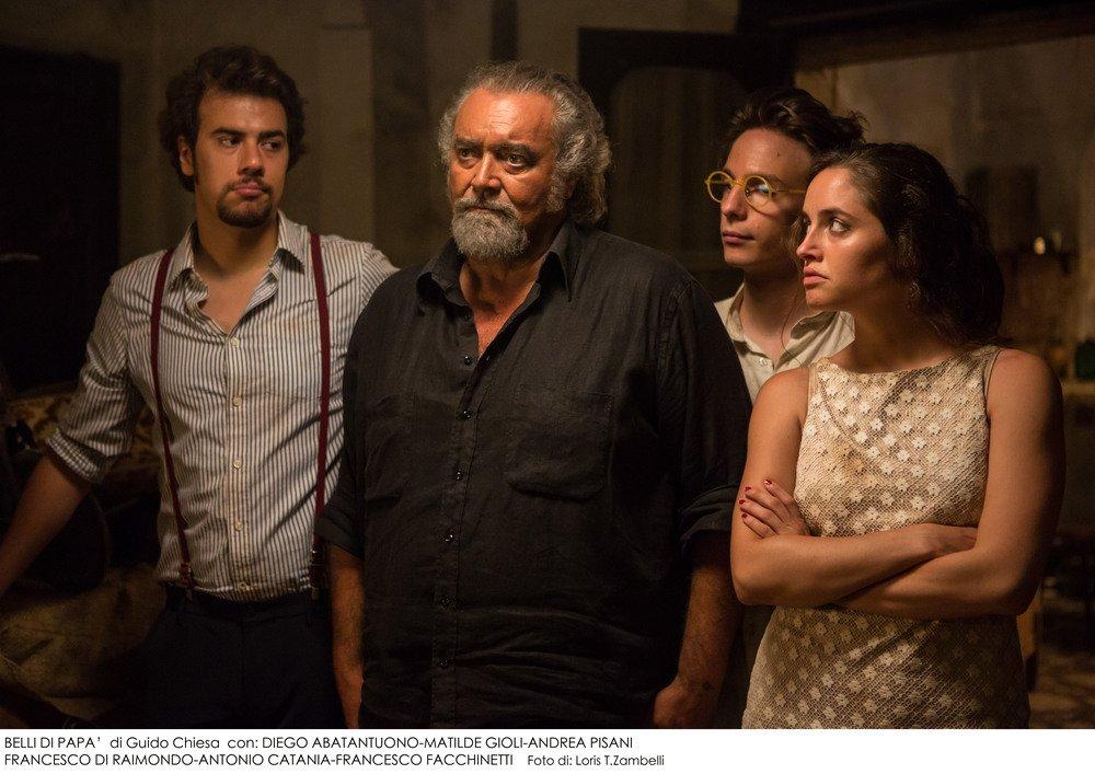 Belli di papà: Diego Abatantuono, Matilde Gioli, Andrea Pisani e Francesco Di Raimondo in una scena del film di Guido Chiesa