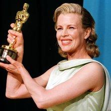 Kim Basinger con l'Oscar come migliore attrice non protagonista vinto per L.A. Confidential